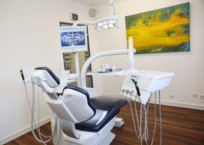 Behandlungszimmer mit einem Bild von Ingrid Schmidt, Friedrichshafen